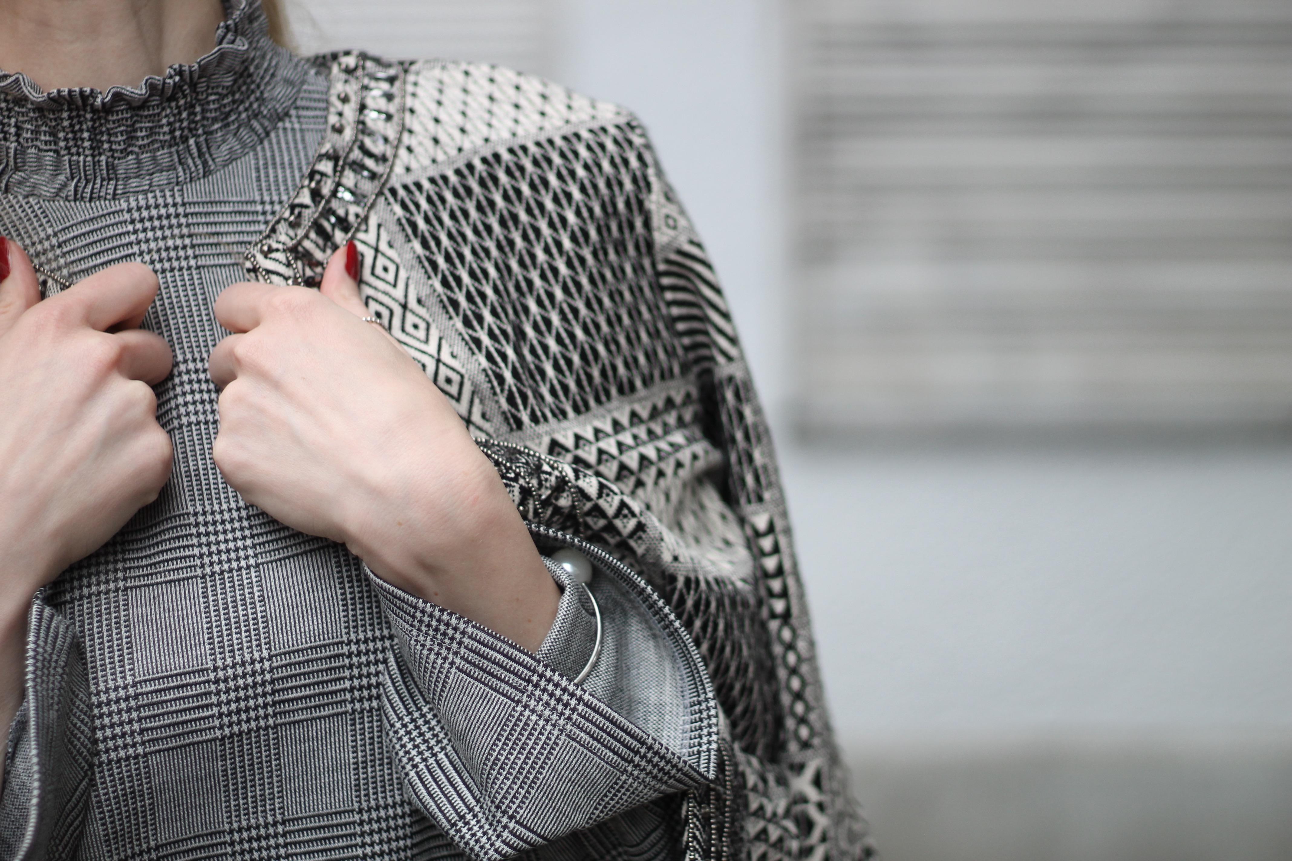 MON MODE   Fashion Blogger   Berlin Street Style   Bell Sleeves   Monochrome Vibes   Glockenaermel