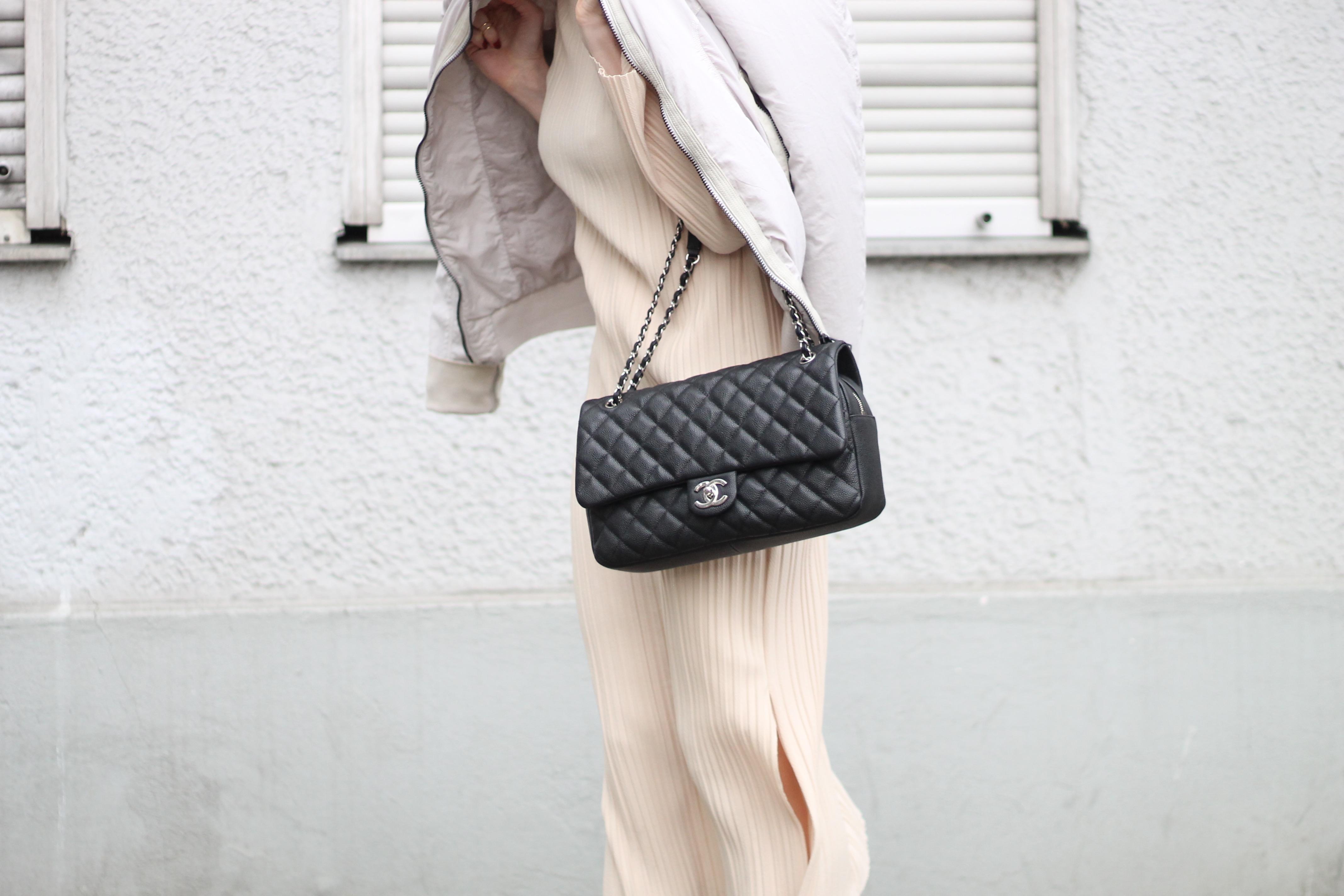 MON MODE | Fashion Blogger | Berlin Street Style | Bell Sleeves | Monochrome Vibes | Glockenaermel